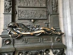 セルクラースの像。 この像に触れる人々に幸福をもたらすと言われているそうです。  もちろん、なでなで。