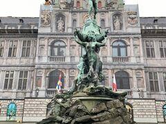 市庁舎の前には、ブラボーの像と噴水。 ブラボーとは、ブラバンドという名の起源になった古代ローマの兵士の名前だそうです。  スヘルデ川で猛威を振るっていた巨人の手(ant)を切り取って投げた(werpen)という伝説があり、これがアントワープの由来とされているそうです。