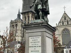 ノートルダム大聖堂の前、フルン広場のルーベンスの像。  そのままノートルダム大聖堂を見学します♪