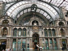 タクシーで、アントワープ中央駅に来ました! 世界で最も美しい駅と言われていると聞いたので、是非見たくなったのです。