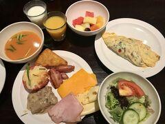 4日目スタート。 ホテルでの朝食。 ビュッフェスタイルで、生野菜やオムレツのあり、品数豊富です! 朝からモリモリいただきました(^-^)