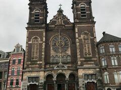 アムステルダム中央駅からすぐの聖ニコラス教会。 カトリックの教会です。