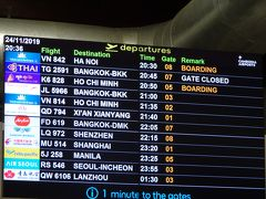 シェムリアップ空港 ベトナム航空はまたもや遅延 出発時間を過ぎて、やっと搭乗が始まりました。