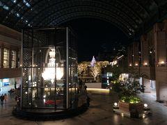 バカラシャンデリア 高さ約5m、幅約3mで世界最大級。 クリスタルパーツ8,500点、ライト250灯。