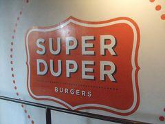 翌日のランチ。 イベント主催社日本法人の営業さんにお教えいただいた、ハンバーガーショップ・スーパーデューパーへ。