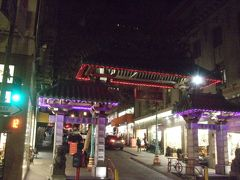 そして夜。この日はチャイナタウンへ。 宿泊しているホテルのはす向かいが、ちょうど中華街の入口・ドラゴンゲートでした。