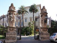 4つの噴水交差点を北に下るとバルベリーニ宮の入口です。 映画「ローマの休日」で王女が滞在した場所の入口部分がこの門です。 内部は国立古典絵画館としてミュージアムになっています  バルベリーニ宮 Palazzo Barberini