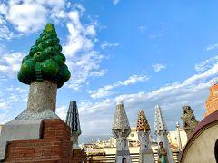 こちらのTrencadis のカラフルな煙突は、再現されたモノのようです。  ガウディ建築は屋上にも個性があるのですが、グエル邸のトレンカディス装飾は、槍型です。