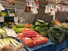 ブルグ広場では市場をやっていました。
