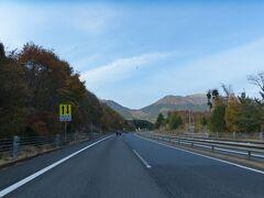 米子自動車道を順調に進みます。  蒜山が見えてきました。 紅葉がキレイです。
