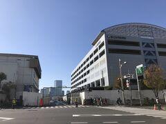 晴海通りを勝どき方面に歩く… ます、左に築地市場勝どき門であった場所。この奥が昔の築地市場 2020年6月に市場の解体工事が完了し、とりあえず東京オリパラの輸送拠点として使われるそうな