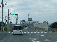この橋を渡ると島根県です。