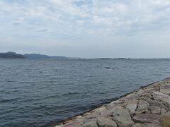 橋を渡って大根島に来ましたよ。  目の前に広がる中海の向こうには江島と、今渡ってきた江島大橋がちっちゃく見えます。