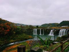 緒方の親戚で昼食を済ませた後、原尻の滝に行きました。 親戚の家から徒歩5分の場所にあります。  東洋のナイアガラと紅葉のコラボレーションです。  天気いまいちなのが残念でした。