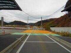 ホテルの自動車でJR気仙沼線BRT陸前戸倉駅まで送ってもらいました。  BRTは写真の専用道を走りますが、この日は工事中らしく、一般道を走って来ました。