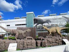 福井駅の正面に行くと、何なんだこれは。恐竜のオブジェ