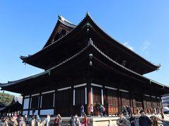 「本堂」 鎌倉初期に九条道家によって創建。 東大寺と興福寺から1字ずつを取って「東福寺」と称されたとのこと。 天井いっぱいに、気迫みなぎる龍が描かれています。
