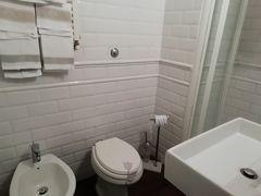 バスルームもゆったり清潔だ  一泊朝食なし 4,208円 宿泊税 一泊 4ユーロ