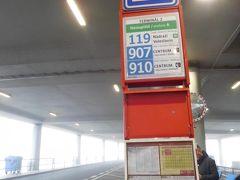 プラハの旧市街に行くには、まず119番のバスに乗る。チケット(90分有効)は空港内の券売機で購入しておく。到着したばかりで小銭がなくても、クレジットカードが使える。