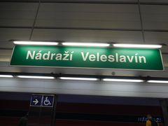 バスを終点で降りて地下鉄に乗り換える。バス停から地下鉄への移動も分かりやすい。チケットは時間内ならバスも地下鉄も乗ることができる。チェコの地名は難しい。