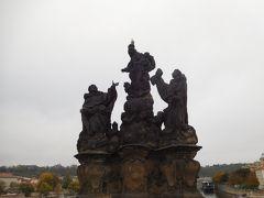 カレル橋の欄干には沢山の像がある。