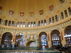プラハ本駅の古い駅舎は、1909年に完成したアール・ヌーヴォー様式の美しいホールがある。現在、切符の販売などの駅の機能は地下に映っている。
