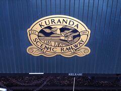翌日はキュランダ観光です。 始発のケアンズセントラルステーションからキュランダ鉄道に乗って行きました。 事前の予約で座席をゴールドクラスにしたので、ゆったりしていてよかったです。 オットが固いシートに2時間座っているのは無理!というのもゴールドクラスにした理由の一つです。