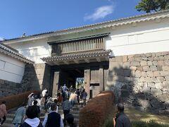 常盤木門。常盤木門は本丸の正門にあたり、重要な防御拠点であったために、他の門と比べても大きく、堅固に造られていました。多聞櫓と渡櫓門を配し、多聞櫓は武器等の貯蔵庫として用いられていました。