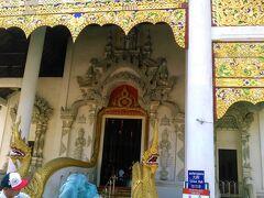 本堂の入り口にも蛇神(ナーガ)が鎮座していました。
