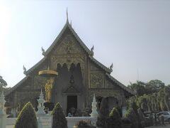 ワット・プラシンに到着しました。 ワット・プラシンは1345年にパーユー王が父カム・フー王の遺灰を納める仏塔(チューディー)を建てたことから始まった寺院です。 チェンマイがビルマの支配下に置かれていた時は寂れてしまいましたが、高僧のスィーウィチャイ僧がこの寺に居住するようになると多くの人々からお布施や寄進があり復興したのだそうです。 ワット・プラシンとは「獅子の寺」という意味ですが、これはスリランカからプラシン像(獅子の像(獅子の仏像))がもたらされた事に由来します。