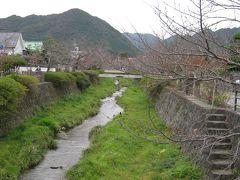 そして、ようやく最終目的地山口市へ。 一の坂川。ここ春には桜が咲き、夏には蛍が飛び交うとか・・本当に自然豊かな所ですね。 室町時代、この地域を治めていた24代大内弘世は、雅な京の都に憧れ、ここ山口で京に模した街造りを始めたとか。ここは鴨川のイメージです!  この川沿いのカフェでランチタイムにしました。