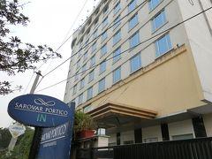 ジャイプールに到着する。  この町はデリーほどではないが、雑然とした、そして埃っぽい環境である。  空が少し明るいのが救いかな。今夜のホテルに到着する。19:00頃だった。