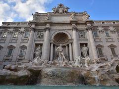 トレビの泉。思ったより大きな噴水でした。彫刻も凄い!スペイン広場よりも混んでいました