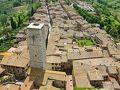 グロッサの塔から、南の眺め Torre Grossa (Big Tower)  クニャネージの塔 Torre dei Cugnanesi から、サン ジョバンニ通り Via San Giovanni が先まで延びています。  現在、14本の塔が残っているそうです。  01. 参事会教会の鐘楼 Campanile della Collegiata (Bell tower of the Collegiate) 02. アルディンゲッリの双子の塔 Torri degli Ardinghelli 03. ベッチの塔 Torre dei Becci 04. カンパテッリの塔 Torre Campatelli 05. キージの塔 Torre Chigi 06. クニャネージの塔 Torre dei Cugnanesi 07. ディアヴォロ(悪魔)の塔 Torre del Diavolo (Devil's Tower) 08. フィチェレッリの塔 Torre Ficherelli or Torre Ficarelli 09. グロッサの塔 Torre Grossa (Big Tower) 10. ペッラーリ宮の塔 Torre di Palazzo Pellari (Tower of Pellari Palace) 11. ペショリーニの塔の家 Casa-torre Pesciolini 12. ペッティーニの塔 Torre Pettini 13. ロニョーザの塔 Torre Rognosa 14. サルヴィッチの双子の塔 Torri dei Salvucci