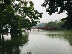 雨の中、朝のホアンキエム湖~