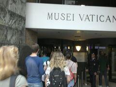 以前、ヴァチカン美術館に行った時に入場待ちの長蛇の列を見てあきらめたことがあったので、オンラインで入館予約とチケットを購入。午後12時40分頃に行って予約のある者の列に並ぶと、すぐ入館できて無駄がなかった。春よりも秋の方が混雑していないようだ。写真はヴァチカン美術館の入口。ヨーロッパの主要な博物館や美術館、教会などでは空港の保安検査場のような手荷物検査をしてセキュリティチェックをしており、日本よりずっと厳格。