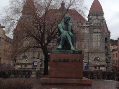 フィンランド作家の銅像。深刻な表情でした。