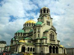 さて、ソフィアで最大のお目当てはここアレクサンドル・ネフスキー大聖堂。 生まれて初めて見るブルガリア正教会の教会。感動。もう、ここに来れただけで大満足。(まだ1日目なのに 笑)内部は更に別世界のように幻想的で荘厳。  結局、ソフィア滞在中毎日この教会までお散歩することになりました。 毎日通っても全然飽きないどころかますます魅力的な場所になっていきました。