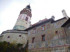 まずはお城を目指す。お城の塔も石を積んだように見せかけただまし絵。壁も彫刻の代わりの絵が描かれている。