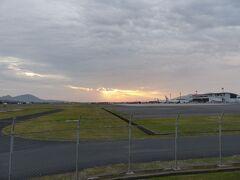 夕暮れの出雲空港に到着しました。