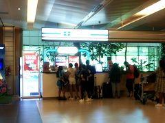 チャンギ国際空港には予定より遅れて9時過ぎに到着。知らない間に座席前部の飲み物置きにボトルウォーターが入っていたので、それを持ってから飛行機を降りました。 トイレに寄ってから入国審査場へ向かうと、各列に並んでいるのは5~6人なので早く抜けられるかなと思ったら20分も掛かった。自分はすぐに終わったけど、前に並んでいた人達で長く時間がかかる人がいました。  ターンテーブルに行ったら丁度自分のスーツケースが壁の向こうに吸い込まれて行くところで、2周目でゲット。チャンギ空港は荷物が出てくるのが早いです。 出口を出たところに「旅物語」の紙を持ったガイドさんが居たので名前を言ってご挨拶。出てきたのが早い方だったので、集まる場所を確認してからガイドさんに了解を得て両替をしに行きました。¥10,000がS$123.50でした。因みに2か月前はS$126.50。
