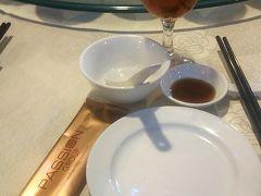 昼食です。 確かホテルロイヤルクイーンの中のレストラン。 お茶(実質、茶色のお湯)は無料で付いてきました。この後の食事会場ではどこでも同じく、お茶は無料で出たので特に飲み物を頼む必要はありませんでした。(マズイのを我慢すればの話) 濡れティッシュも必ず置いてありました。