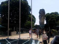 その後歩いて大きなマーライオン像の所に行き写真撮影タイム。