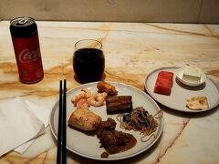 シャワーを終えたら直ぐにシルバークリスラウンジに移動して食事。 昼食を食べずにいたのでお腹が減りました。