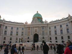 ホーフブルク宮殿前の広場まで来ました。 ここからは少し歩いて地下鉄で移動して市庁舎へ向かいます。