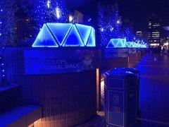 タワーの裏手では、コロプラキャナルウォークの幻想的な青の世界。