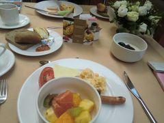 朝食にももちろんヨーグルト。 今日はタクシーチャーターをお願いして、バラの町、カザンラクを目指します。