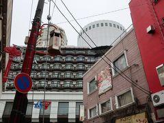 外へ出て振り向くと・・・、う~んホテル全体を入れるのは難しい~(苦笑)。 バルコニーが中国っぽいですねー。
