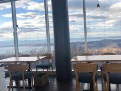 温泉は入っておなかも減ったので、遅めの昼食へ。 名前は360ということだが、300度くらい眺望が楽しめるレストラン。