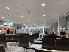 17時、実家出発。 17時15分、女満別空港到着。 土産を物色がゲートを開くのを待つ。 セキュリティーチェック前に座ることができるのはここだけ